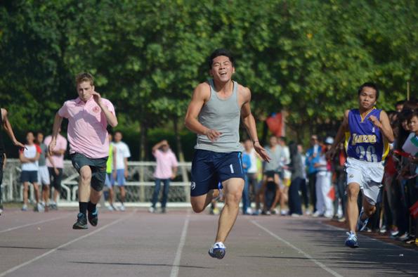 跑道上运动员开心的冲刺瞬间-我校第十五届运动会隆重举行