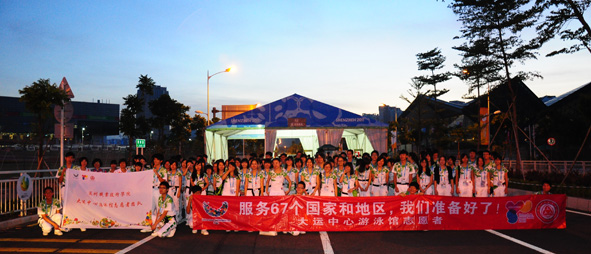 志愿者的心情色彩就如同红色的横幅底色,明亮的游泳馆志愿者旗帜,明快